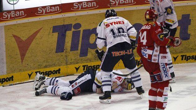 Liberecký Ulrych se těžce zvedá z ledu po souboji u mantinelu v utkání se Slavií.
