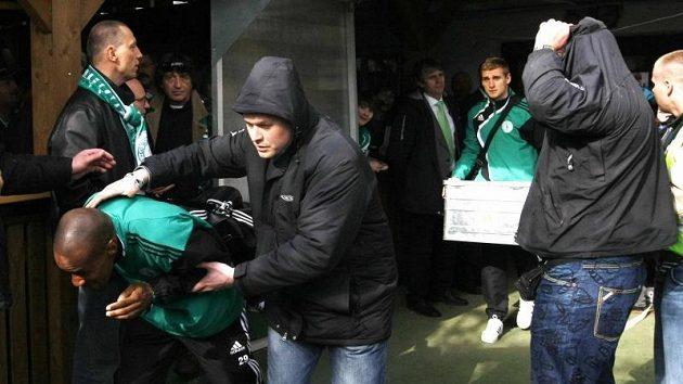 Hráči Bohemians Praha se museli před sprškami ze strany vršovických diváků chránit.