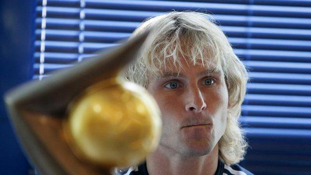 Pavel Nedvěd s trofejí Zlatý míč