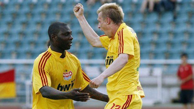 Dani Chigou se raduje s Tomášem Bergrem z vedoucího gólu Dukly proti Kladnu.
