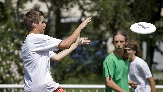 Ultimate frisbee je sport bez rozhodčích, kdy sporné situace řeší hráči sami. I proto může být tento sport vhodným podpůrným vzdělávacím prostředkem mladých lidí na školách.