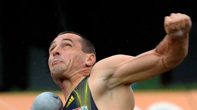 Desetibojař Roman Šebrle při vrhu koulí během závodu v Kladně