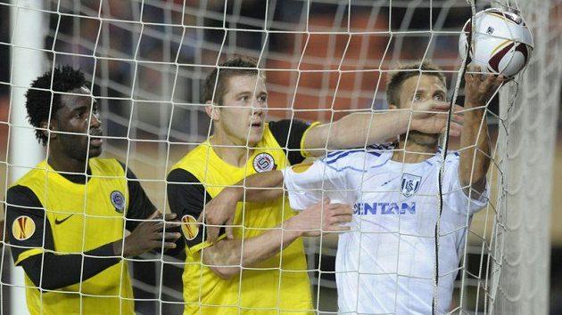 Vyhrocená chvilka po vyrovnávacím gólu Sparty v Lausanne. Sébastien Meoli (vpravo) nechce dát Juraji Kuckovi míč k rozehrání.