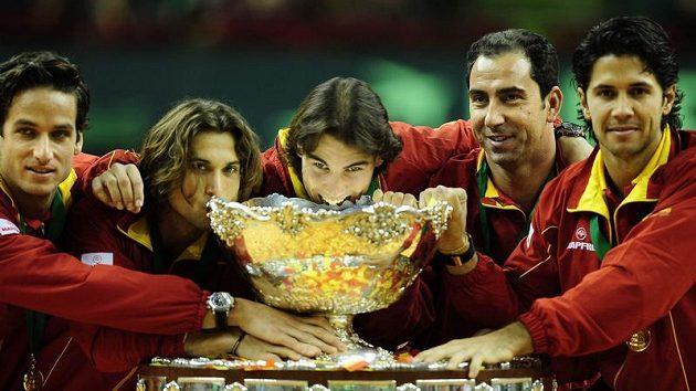 Španělští tenisté Rafael Nadal (uprostřed),zleva Feliciano Lopez, David Ferrer, kapitán Albert Costa a Fernando Verdasco po výhře ve finále Davis cupu v Barceloně nad Čekem.