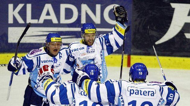 Hokejisté Kladna se radují z gólu proti Mladé Boleslavi.