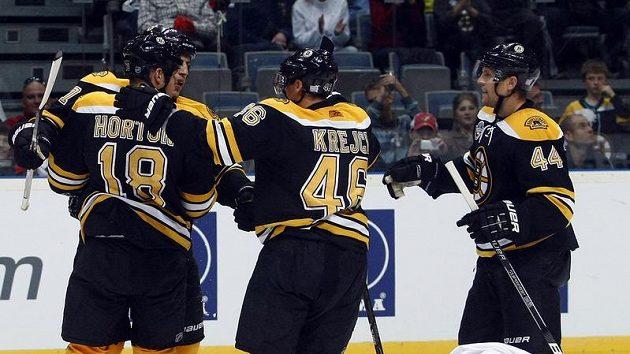 Hokejisté Bostonu se radují z branky.