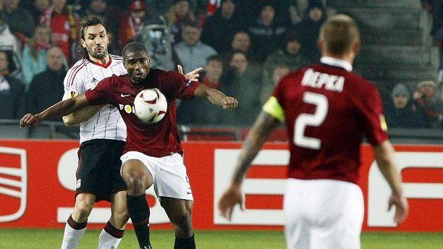 Sparťan Léonard Kweuke se snaží odehrát míč před dotírajícím Sotiriosem Kyrgiakosem z Liverpoolu.