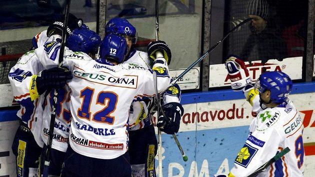 Hokejisté Kladna oslavují gól proti Českým Budějovicím