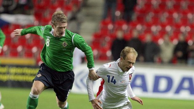 Davida Jarolíma (vpravo) padá po ataku Davise ze Severního Irska.
