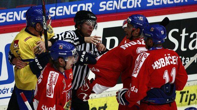Tomáš Mojžíš v potyčce s jedním ze švédských hokejistů.