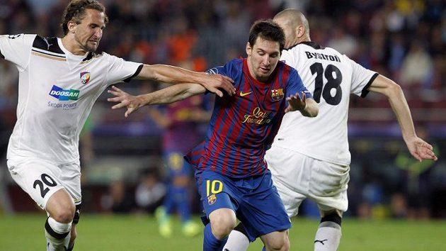 Plzeňský Petr Jiráček (vlevo) se snaží zastavit Lionela Messihoz Barcelony.