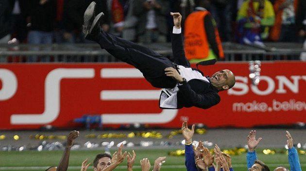Trenér Barcelony Pep Guardiola létá nad hlavami svých svěřenců.