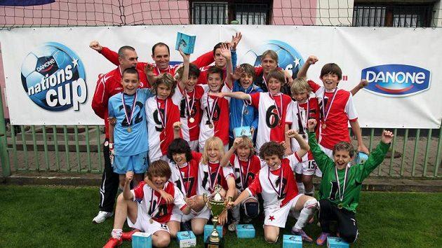 Tým Slavie s pohárem pro vítěze Danone Nations Cupu 2010.