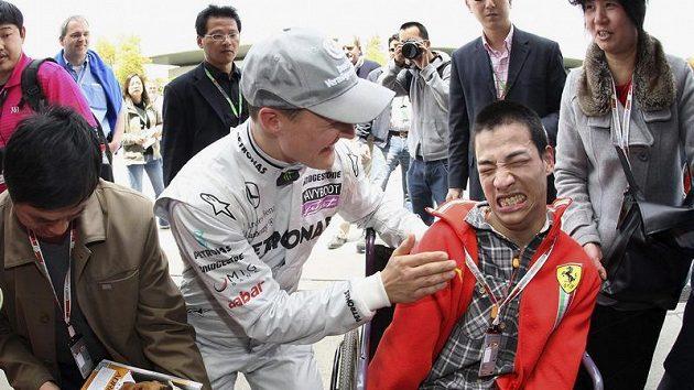 Michael Schumacher se zapojuje do nedocenitelné role při charitativních akcích.
