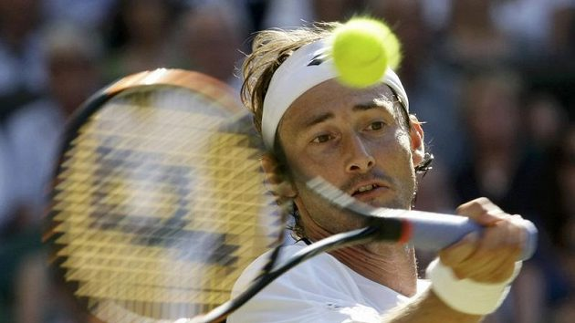 Španělský tenista Juan Carlos Ferrero během čtvrtfinálového zápasu Wimbledonu proti Andymu Murraymu z Velké Británie