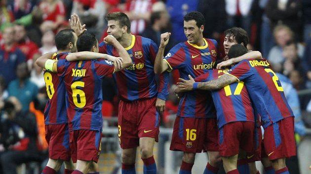 Fotbalisté Barcelony se radují z vedoucího gólu Pedra.
