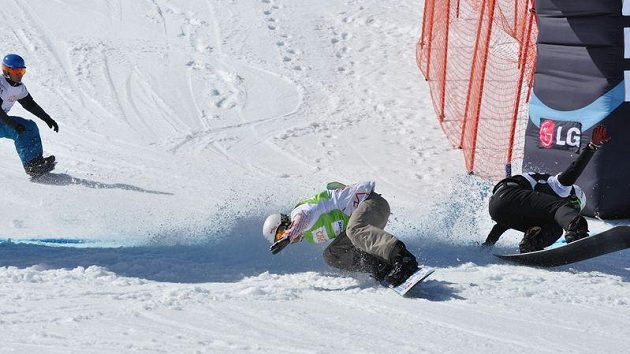 David Bakeš prohrává na cílové čáře se Kanaďanem Jakem Holdenem postup z osmifinále při Světovém poháru snowboardcrossařů ve švýcarské Arose.