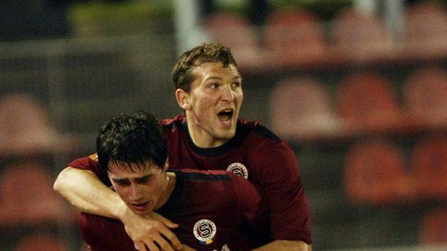 Sparťané Vacek a Prudnikov se radují z vyrovnávacího gólu.