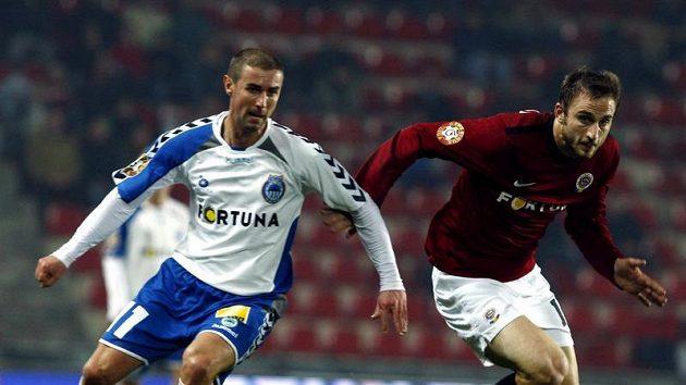 Sparťan Jan Holenda (vpravo) v souboji s Miroslavem Holeňákem z Liberce