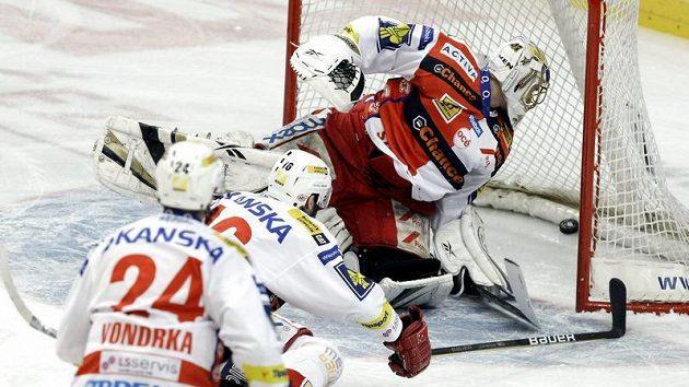 Hráči Slavie Michal Vondrka (vpředu) a Roman Červenka bezmocně sledují puk mířící za záda brankáře Roberta Slipčenka.