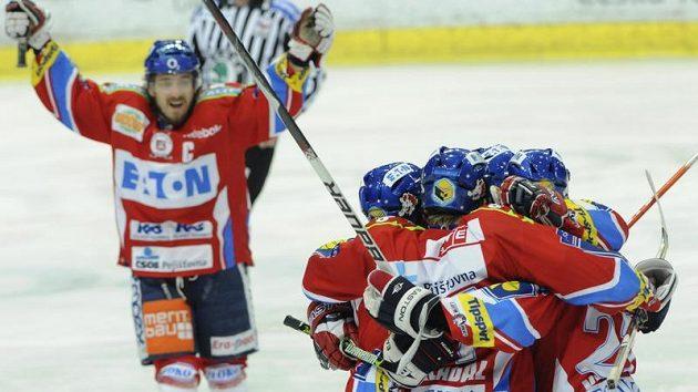 Hokejisté Pardubic se radují z branky do sítě Vítkovic ve finále extraligy.