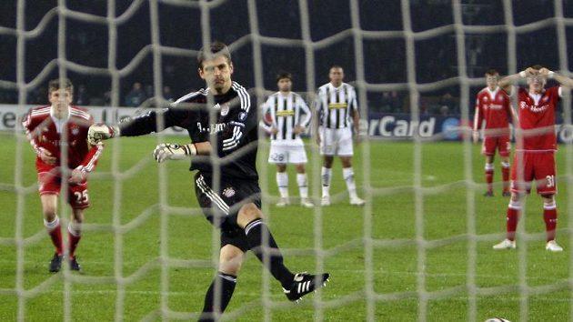 Brankář Bayernu Mnichov Hans-Jörg Butt střílí branku gólmanovi Juventusu Gianluigi Buffonovi.