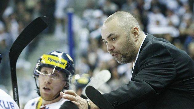 Liberecký kouč Jiří Kalous gestikuluje na střídačce při rozhodujícím čtvrtfinálovém utkání.