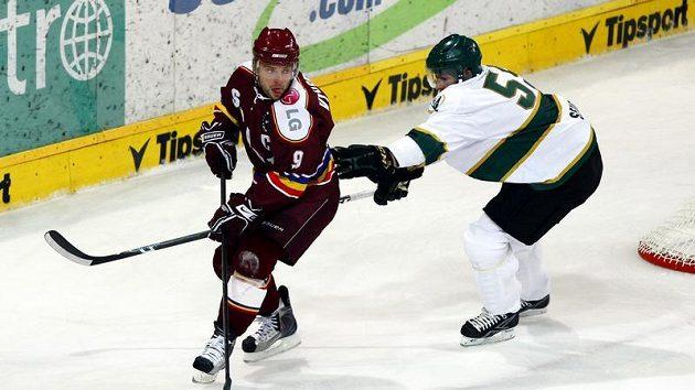 Sparťan David Výborný obchází obránce švédského Färjestadu.