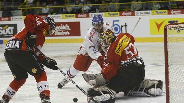 Marek Kvapil před švýcarským brankářem Stephanem.