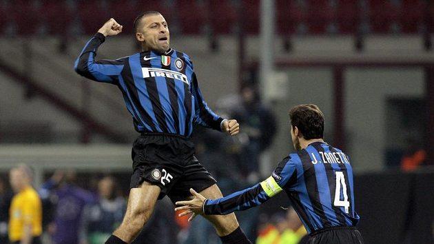 Walter Samuel z Interu Milán (vlevo) se raduje se svým spoluhráčem Javierem Zanettim z branky do sítě Dynama Kyjev.