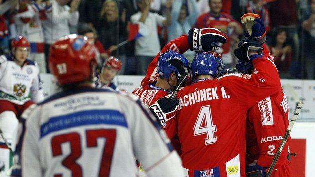 Čeští hokejisté slaví gól do sítě Ruska.