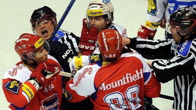 Utkání 45. kola hokejové extraligy HC Eaton Pardubice - HC Mountfield České Budějovice 28. ledna v Pardubicích. Rozhodčí uklidňují roztržku mezi hráči.