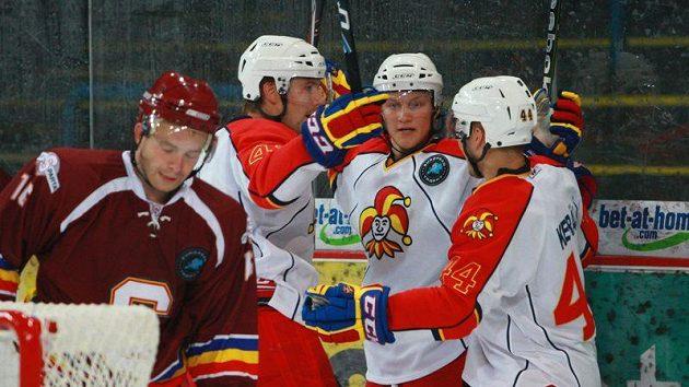 Hokejisté Jokeritu Helsinky se radují z branky proti Spartě.