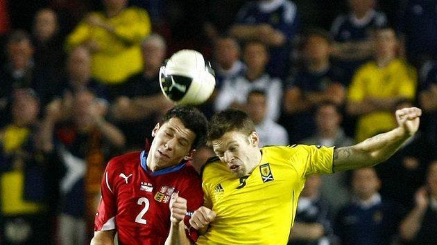 Marek Suchý (vlevo) v hlavičkovém souboji se Skotem Weirem.