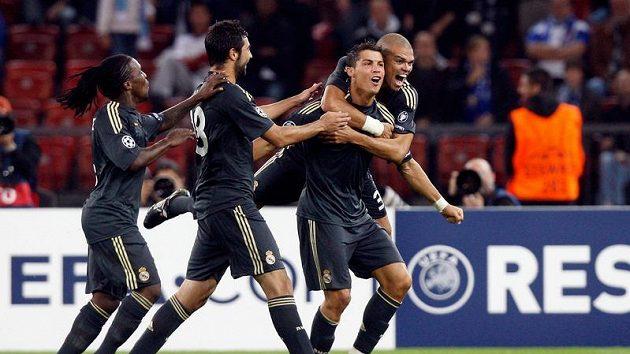 Fotbalisté Realu Madrid se radují z branky Cristiana Ronalda