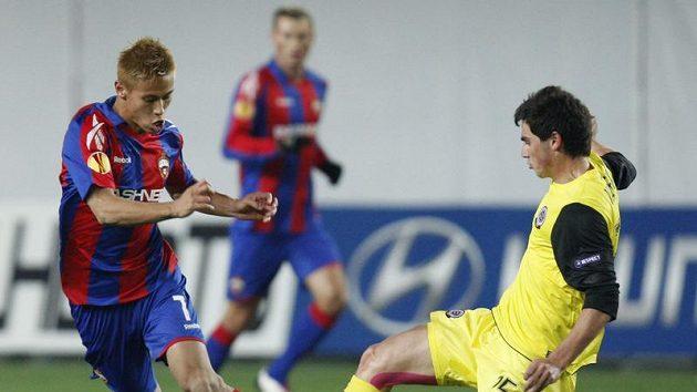 Sparťan Kamil Vacek (vpravo) se snaží zastavit Keisukeho Hondu z CSKA Moskva.
