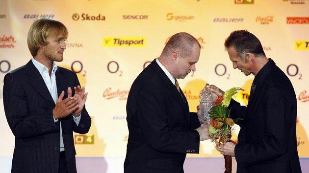 Redaktor Práva Martin Kézr (uprostřed) předává brankáři Dominiku Haškovi cenu pro Nejlepšího brankáře sezóny 2009/10.