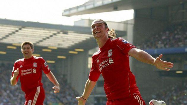 Liverpoolský Andy Carroll (vpravo) se spolu se Stevenem Gerrardem raduje ze své branky proti Evertonu.