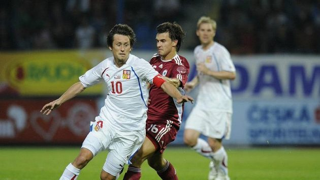 Tomáše Rosického v národním dresu stíhá Maksims Rafalskis z Lotyšska.