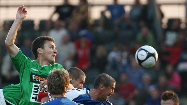 David Lafata z Jablonce (v zeleném) v hlavičkovém souboji s libereckým Miroslavem Holeňákem