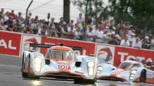 Prototyp Aston Martin posádky Charouz, Enge, Mücke (vpředu) během závodu 24 hodin Le Mans