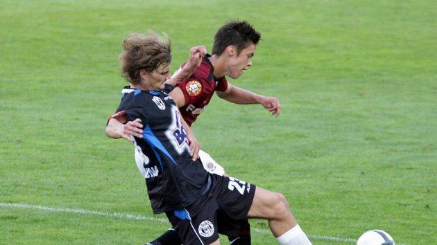 Sparťanský fotbalista Kadlec v souboji s kladenským Benešem