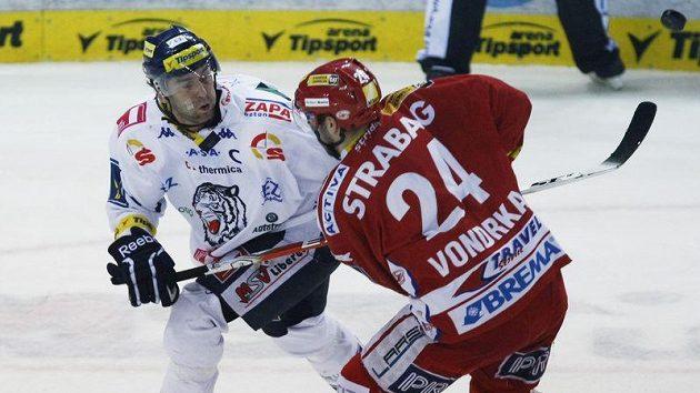 Liberecký Petr Nedvěd se přetlačuje se slávistou Vondrkou v rozhodujícím čtvrtfinálovém duelu.