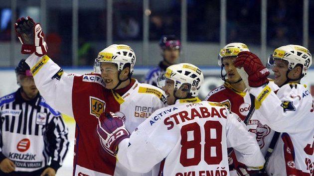 Slávista Tomáš Hertl (vlevo) oslavuje branku vstřelenou na ledě Kladna.