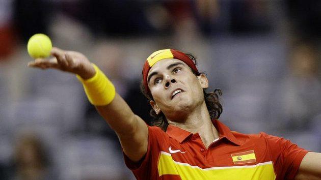 Rafael Nadal podává během utkání proti Tomáši Berdychovi při finále Davis Cupu.