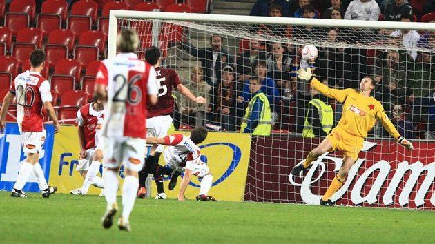 Brankář Slavie Martin Vaniak inkasuje v derby rozhodující gól od sparťana Bony Wilfrieda.