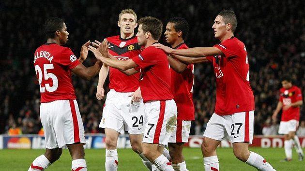Fotbalisté Manchesteru United se radují z branky do sítě CSKA Moskva.