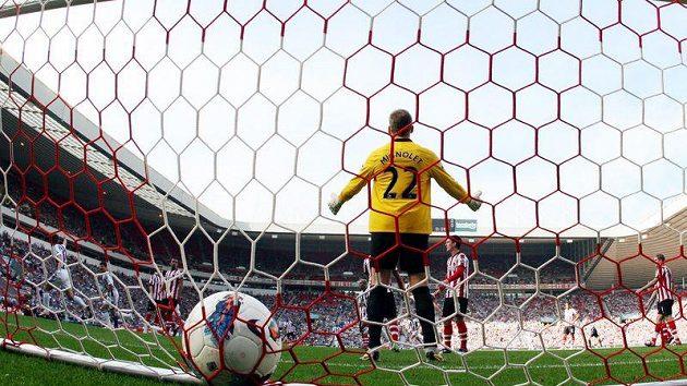 Brankář Sunderlandu Simon Mignolet inkasuje gól v zápase s West Bromwichem.