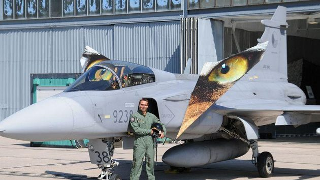 Desetibojař Roman Šebrle jako pilot bojového letounu JAS-39 Gripen.