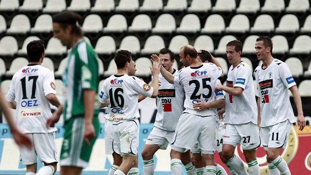 Fotbalisté Jablonce oslavují jeden z gólů, které dali Střížkovu.